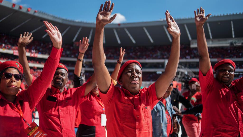 El líder del partido de extrema izquierda Economic Freedom Fighters (EFF), Julius Malema, saluda a la multitud que lo acompaña en un mitin electoral, en el Estadio Orlando en Soweto, Johannesburgo, el 5 de mayo de 2019.