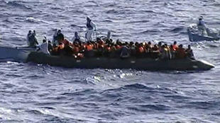 زورق ينقل مهاجرين غير شرعيين في البحر المتوسط.