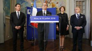 François Hollande, Manuel Valls, Marisol Touraine et Bernard Cazeneuve, vendredi 15 juillet 2016, à Nice.
