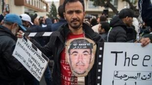متظاهرون من أنصار حراك الريف يطالبون بالإفراج عن قادة الحركة الاحتجاجية أمام محكمة الاستئناف في الدار البيضاء في 5 نيسان/أبريل 2019.