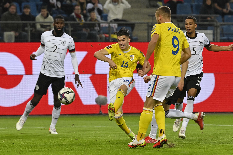 Der rumänische Mittelfeldspieler Ianis Hockey gab während der WM-Qualifikation 2022 (Europa-Zone) in Hamburg am 8. Oktober 2021 sein Debüt gegen Deutschland.