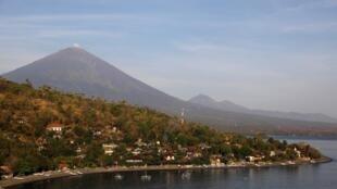 Imágenes del volcán Agung, en la isla de Bali, Indonesia.