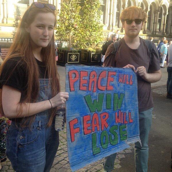 Des slogans appellent à la paix lors d'un rassemblement en hommage aux victimes.