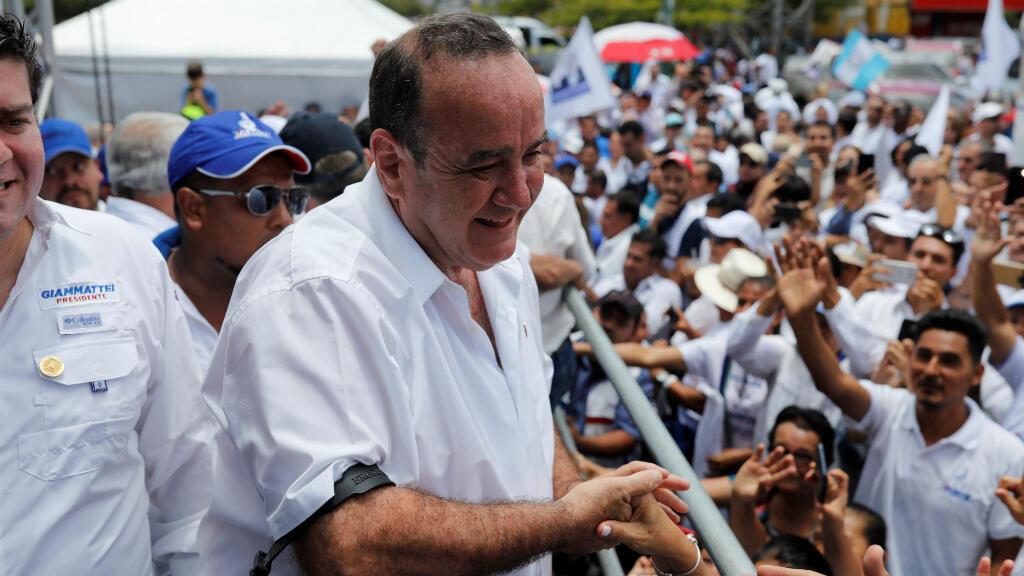 El candidato Alejandro Giammattei del partido político Vamos celebra su cierre de campaña en Ciudad de Guatemala, Guatemala, el 4 de agosto de 2019.