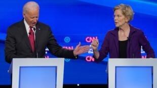 La candidata presidencial demócrata, la senadora Elizabeth Warren, habla con el ex vicepresidente Joe Biden durante el cuarto debate electoral de candidatos demócratas presidenciales para 2020 en Westerville, Ohio.