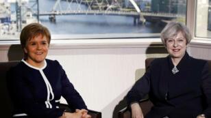 La Première ministre britannique, Theresa May (à droite), et la cheffe de l'exécutif écossais, Nicola Sturgeon, se sont entretenues en tête-en-tête lundi, à Glasgow.