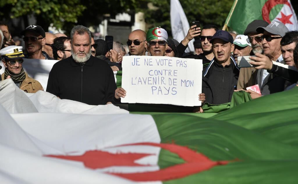 Des manifestants algériens défilent le 10 décembre 2019 à Alger, contre l'élection présidentielle du 12 décembre.