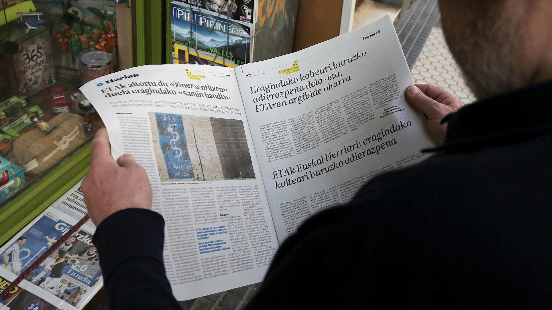 Un hombre lee el comunicado del ETA en un kiosko de prensa en San Sebastián, España, el 20 de abril de 2018.