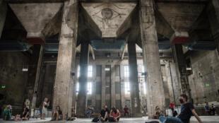 Des visiteurs assistent à une exposition sonore inédite au Berghain, le prestigieux temple de la techno, le 24 juillet 2020 à Berlin