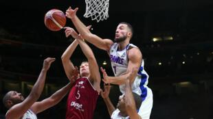 Le joueur letton Mareks Mejeris essaie de défendre face au Français Joffrey Lauvergne, le 15 septembre 2015, en quarts de finale de l'EuroBasket face à la Lettonie.