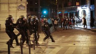 Des patrouilles de CRS avaient pris position sur l'avenue des Champs-Élysées aux abords de l'Arc de Triomphe.