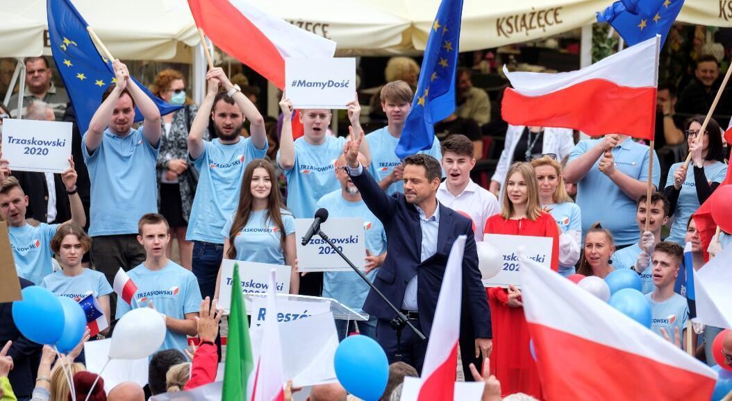 El alcalde de Varsovia y aspirante a la presidencia de Polonia, Rafal Trzaskowski, rodeado de algunos de sus simpatizantes con banderas de su país y de la Unión Europea, en Varsovia, Polonia, el 24 de junio de 2020.