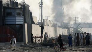 Manifestantes afganos queman llantas y gritan consignas en el lugar de una explosión ocurrida en Kabul, Afganistán, el 3 de septiembre de 2019.