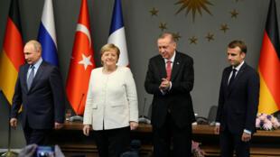 Vladimir Poutine, Angela Merkel, Recep Tayyip Erdogan et Emmanuel Macron après une conférence de presse lors du sommet d'Istanbul, le 27 octobre 2018.