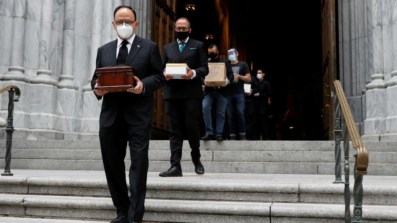 El cónsul de México en Nueva York, Jorge Islas López, encabeza una fila de personas que llevan restos cremados de familiares que han muerto durante el brote de coronavirus y quienes no pudieron  tener una misa fúnebre o un entierro. Manhattan, Nueva York, EE. UU., el 11 de julio de 2020.