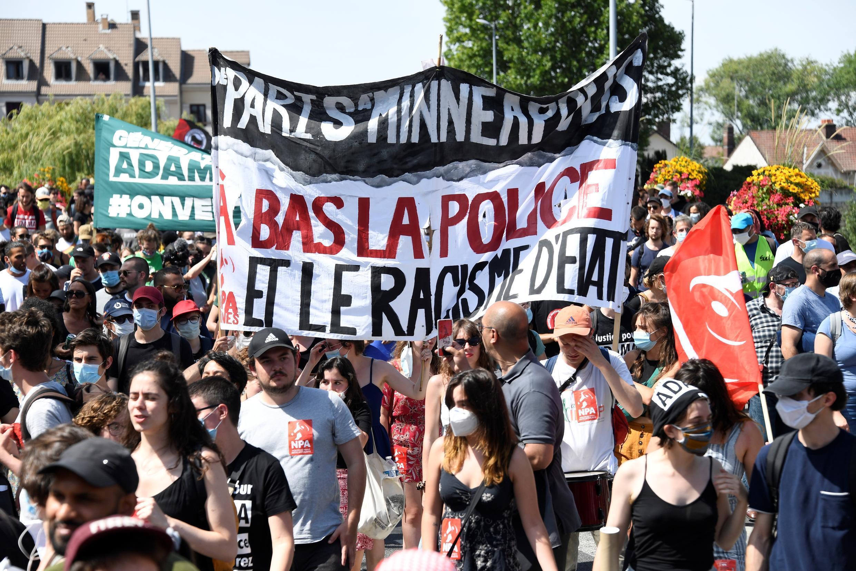 Activistas en una marcha el 18 de julio de 2020 en Beaumont-sur-Oise, Francia, convocada por varias asociaciones de ecologistas y defensoras de los derechos civiles.