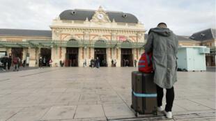 Un passager attend devant la gare de Nice durant un mouvement de retrait des salariés de la SNCF, le 18 octobre 2019.