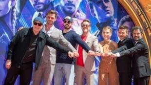 """L'équipe du film """"Avengers: Endgame"""" à Hollywood pour laisser son empreinte dans le ciment du cinéma TCL Chinese Theatre, le 23 avril 2019"""