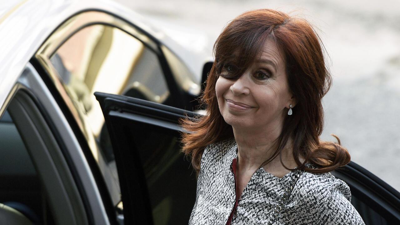 La expresidenta argentina y actual senadora Cristina Fernández de Kirchner deja un tribunal federal en Buenos Aires, el 25 de febrero de 2019