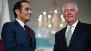 وزير الخارجية الأمريكي ريكس تيلرسون مستقبلا نظيره القطري محمد بن عبد الرحمن آل ثاني في واشنطن 27 حزيران/يونيو 2017