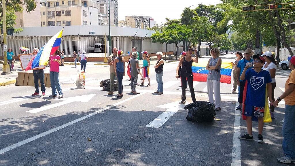 Un grupo de vecinos cortan la avenida principal de Bello Campo durante una protesta por el corte masivo de energía eléctrica en Caracas, el 10 de marzo de 2019