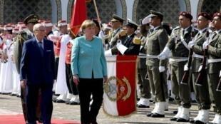 الرئيس التونسي الباجي قائد السبسي والمستشارة الألمانية أنغيلا ميركل يستعرضان حرس الشرف في تونس، الجمعة 3 آذار/مارس 2017
