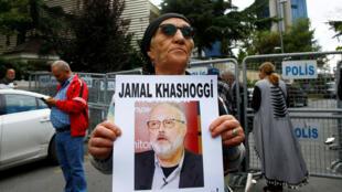Un activista de derechos humanos sostiene una foto del periodista saudita Jamal Khashoggi durante una protesta frente al Consulado Saudí en Estambul, Turquía, el 9 de octubre de 2018.