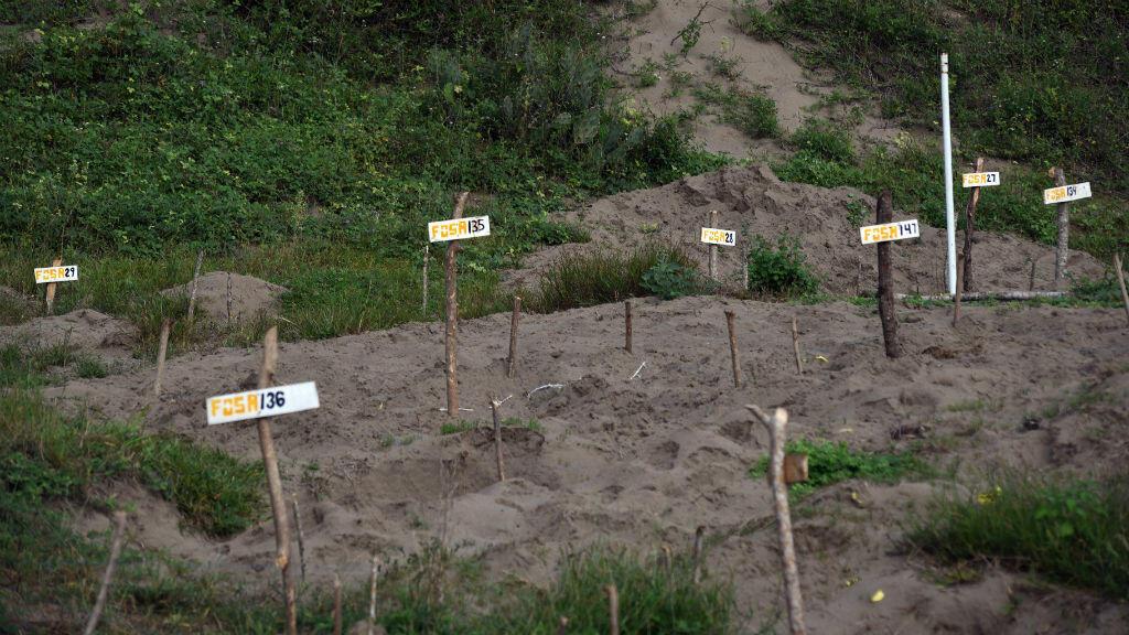 Vista de carteles de madera que muestran tumbas clandestinas ubicadas en Colinas de Santa Fe, donde se encontraron 296 calaveras junto con múltiples restos humanos el 15 de octubre de 2018.