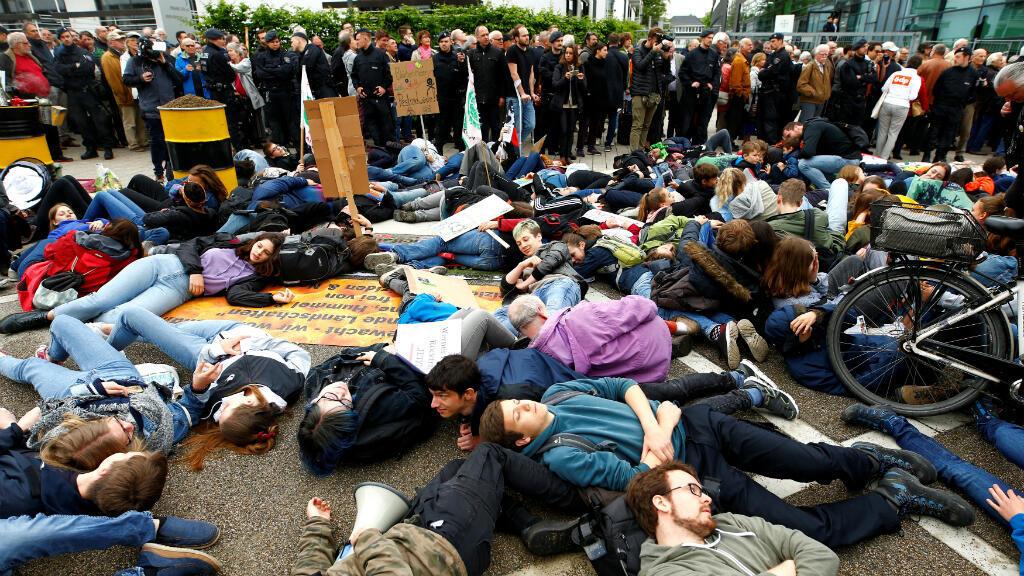 Un grupo de manifestantes protestó así el pasado 26 de abril de 2019 en Bonn, Alemania, en contra de la fusión de Bayer con la agroquímica estadounidense Monsanto. La protesta se realizó frente al lugar donde se realizaba la reunión anual de accionistas de Bayer.