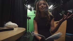 """La youtubeuse Lætitia Nadji, créatrice de la chaîne """"Le corps. La maison. L'esprit"""", dans les coulisses de l'interview de Jean-Claude Juncker à Bruxelles le 15 septembre 2016."""