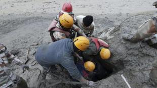 Une opération de sauvetage à proximité du village de Reni, dans le district de Chamoli, dans l'État de l'Uttarakhand, 7 février 2021.