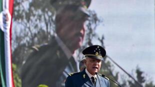 (ARCHIVOS) En esta foto de archivo tomada el 16 de abril de 2016 el Secretario de Defensa de México Salvador Cienfuegos lee un discurso en una base militar en la Ciudad de México.