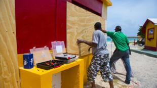 Des habitants de Saint-Martin plaçant des protections à l'approche du passage de l'ouragan Irma, le 5 septembre.