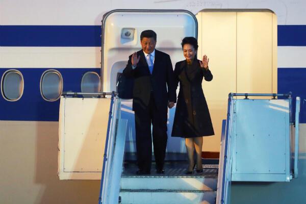 El presidente chino Xi Jinping y su esposa Peng Liyuan llegan antes de la cumbre de líderes del G20 en Buenos Aires, Argentina, el 29 de noviembre de 2018.