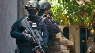 L'attentat à la bombe et les coups de feu tirés jeudi 14 janvier à Jakarta ont fait sept morts, dont cinq assaillants, et une trentaine de blessés.