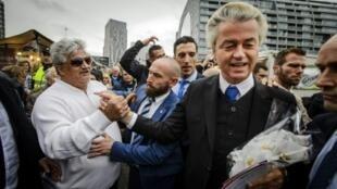 النائب اليميني المتطرف خيرت فيلدرز بين مؤيديه في روتردام في 7 ت2/نوفمبر 2015