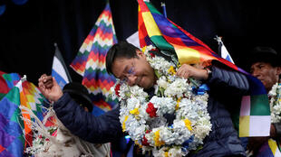 Luis Arce, candidato presidencial del partido Movimiento al Socialismo (MAS), baila durante un mitin de campaña en El Alto, en las afueras de La Paz, Bolivia, el 8 de febrero de 2020.