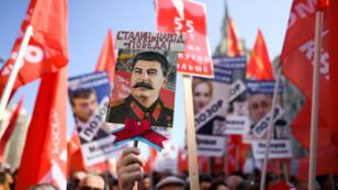 Les manifestants brandissent des drapeaux rouges contre la réforme des retraites de Vladimir Poutine, dimanche 2 septembre.