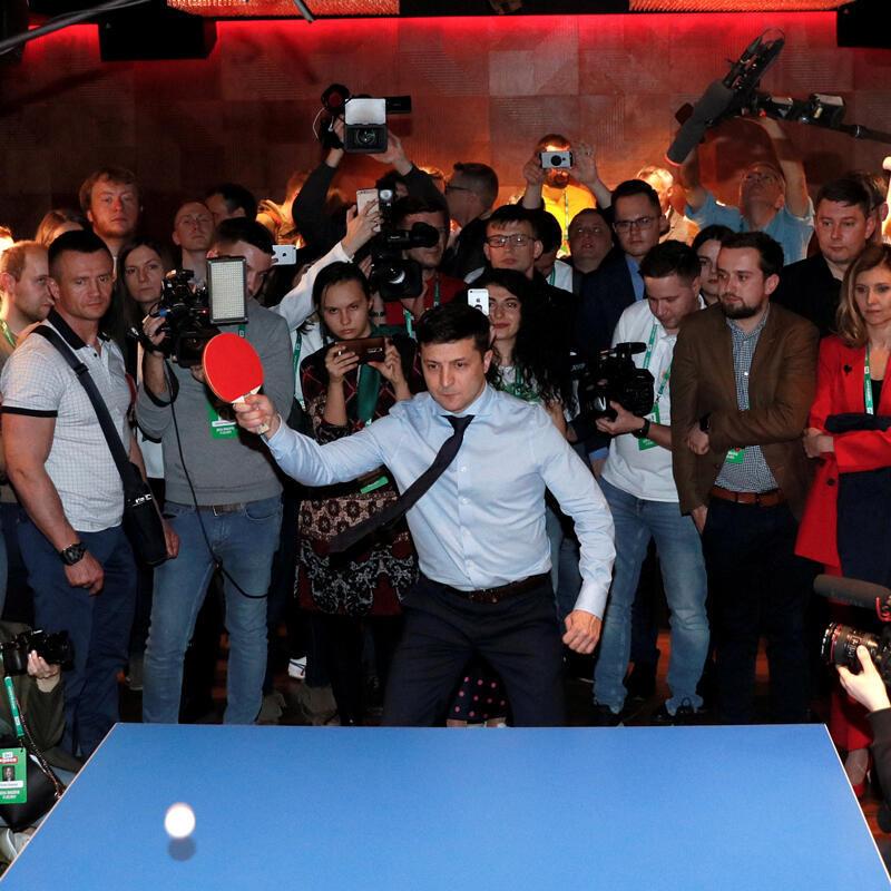 El candidato presidencial y cómico ucraniano Volodymyr Zelenski juega tenis de mesa en la sede de su campaña después de la primera vuelta presidencial en Kiev, Ucrania, el 31 de marzo de 2019.