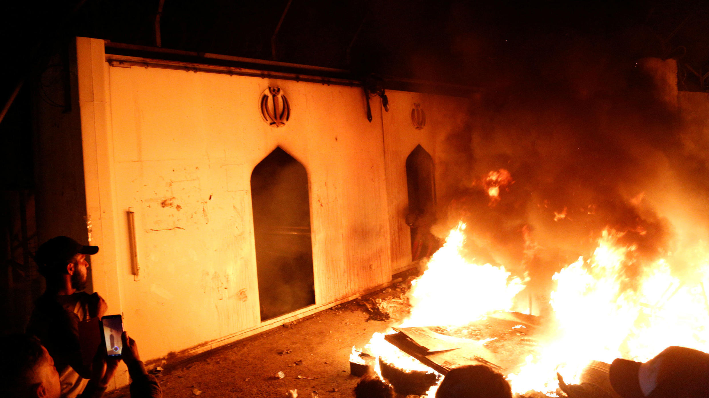 Un grupo de manifestantes irrumpió en el consulado iraní en Nayaf y le prendió fuego en medio de unas protestas. 27 de noviembre de 2019.
