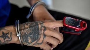 Un détenu subit un teste au coronavirus dans un commissariat de police  Cali en Colombie le 21 juillet 2020.