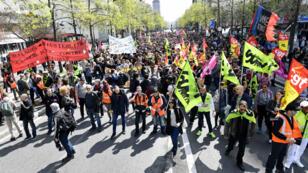 Les cheminots manifestent contre le projet de réforme du gouvernement, le 13 avril 2018 à Paris.