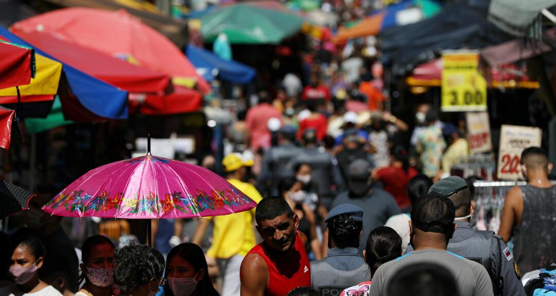 Decenas de personas caminan en una popular calle comercial en medio del brote de la enfermedad por el nuevo coronavirus, en Manaos, Brasil, el 27 de junio de 2020.