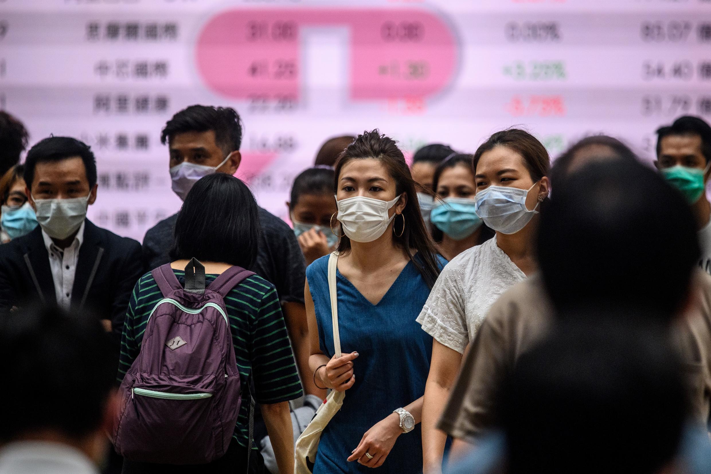 Los hongkoneses usan mascarillas, obligatorias en el transporte público y ahora también en lugares cerrados.