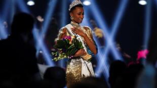 زوزيبيني تونزي، ملكة جمال الكون بعد فوزها بمسابقة ملكة جمال الكون لعام 2019  في أتلانتا، جورجيا، الولايات المتحدة الأمريكية، 8 ديسمبر 2019.