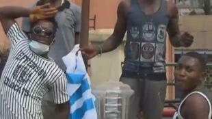 Des manifestants anglophones hissant un drapeau aux couleurs du mouvement sécessionnistes, le 8 décembre, à Bamenda.