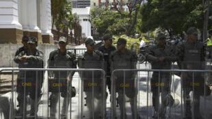 Des membres de la Garde nationale bolivarienne devant l'Assemblée nationale à Caracas, le 7 mai 2019.
