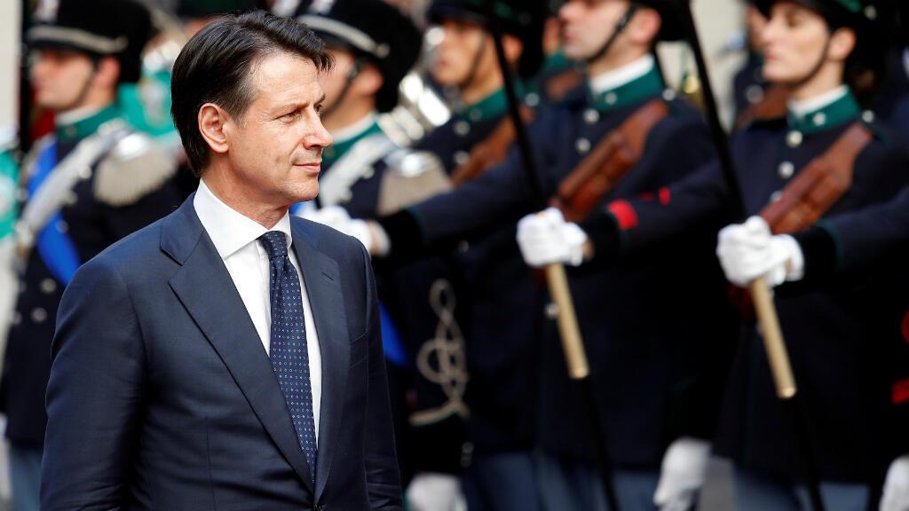 El nuevo primer ministro de Italia, Giuseppe Conte, revisa la guardia de honor en el palacio Chigi en Roma, Italia.
