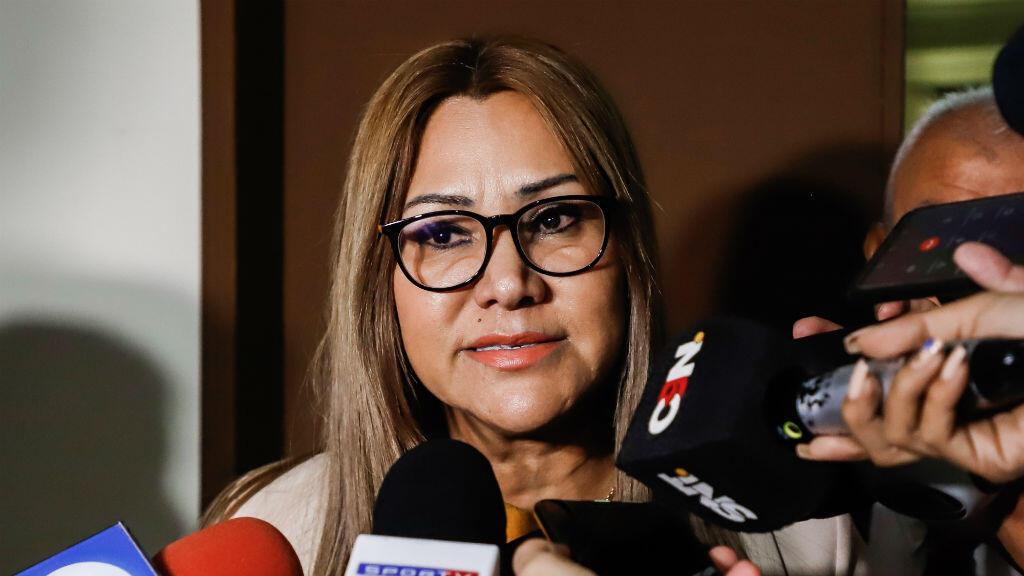 La jueza de garantías Clara Ruiz habla con la prensa este sábado tras decretar prisión preventiva para el exfutbolista brasileño Ronaldinho Gaúcho, en Asunción, Paraguay, el 7 de marzo de 2020.