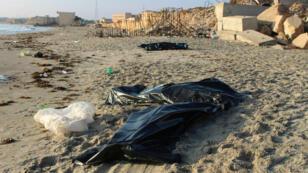 Des sacs contenant des corps de migrants, le 26 juillet 2019, morts après le naufrage de leur embarcation.